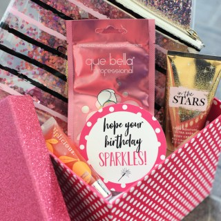 Glitter Gift for Friends-Got a friend who loves sparkle?! This cute gift basket is the perfect gift for her. Add all things that sparkle and this cute gift tag. #birthdaygift #giftideas #glitter #bestfriendgifts #gifts