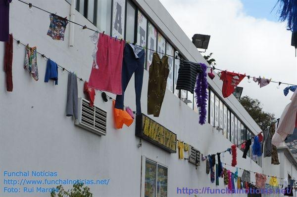"""Fica a pergunta: será que as roupas penduradas no """"estendal"""" são roupas perdidas pelas pessoas que frequentam o local? Se assim é, não há dúvida de que é bastante animado..."""