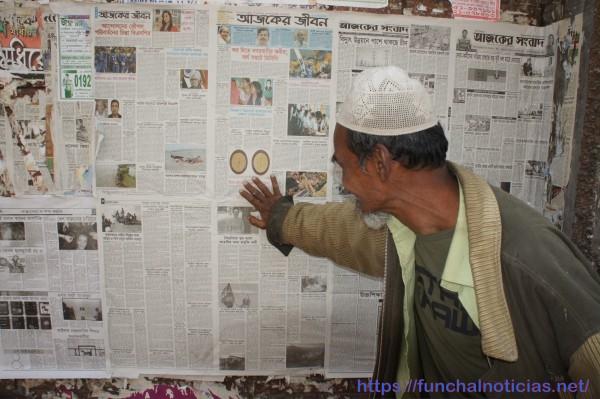 Os jornais colados na parede proporcionam informação pública e grátis...