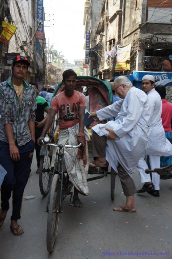 Um sacerdote entra no 'rickshaw', meio de transporte nacional: as vestes não são impedimento!