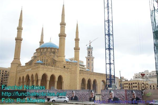 Nos tapumes das obras da mesquita, apesar de terem passados 15 anos, a imagem do ex-primeiro ministro está sempre presente.