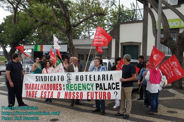 Hoje houve manifestação dos trabalhadores do Regency, frente ao parlamento.