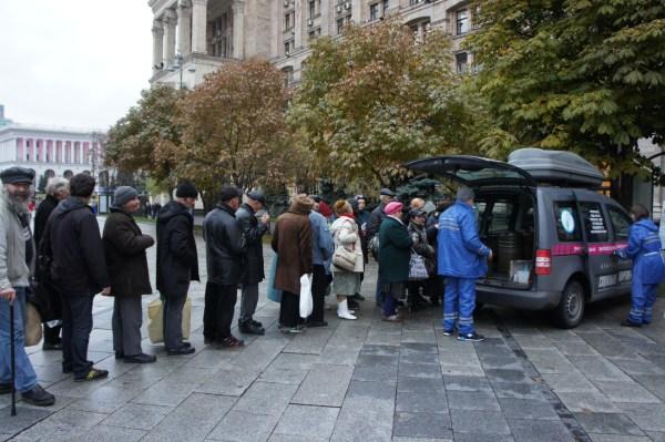 As filas para a refeição diária multiplicam-se mesmo perto da Praça da Independência