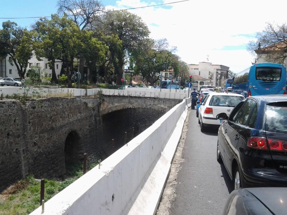 Governo Regional gastou 30 milhões nas ribeiras e continuam a existir mais de uma dezena de ribeiros por canalizar, acusa Miguel Gouveia