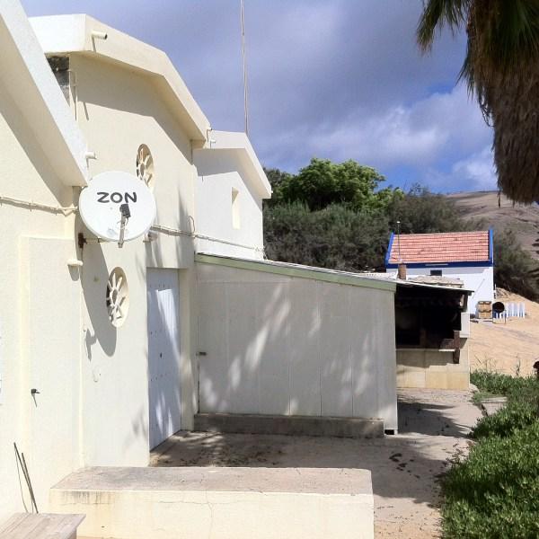 As 'casas da lancha' são apontadas como atentados ambientais que prejudicam a praia
