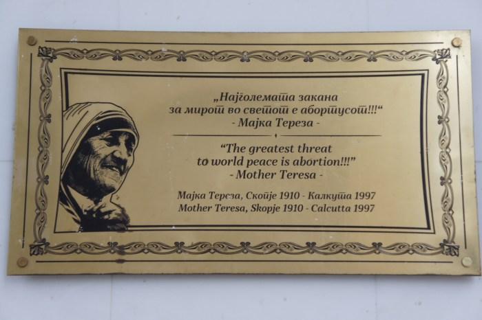 Na capital da Macedónia podem ver-se citações de Madre Teresa nas ruas