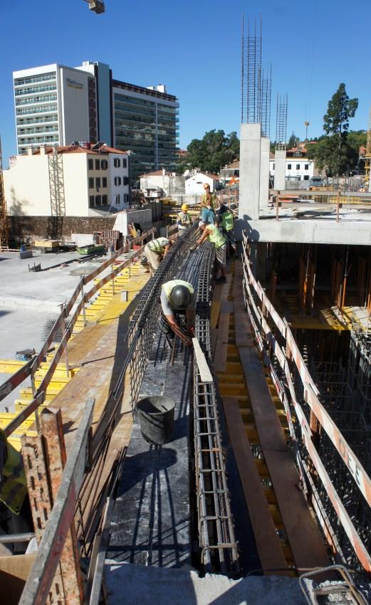 Construção da viga e platibanda central. (Foto Rui Marote)