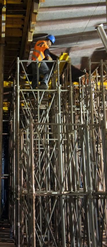 Desmontagem do cimbre e cofragem das vigas pré-esforçadas da laje do teto do cais de descarga. (Foto Rui Marote)