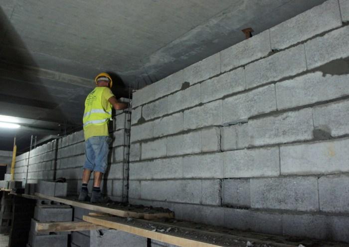 Assentamento de alvenarias nos pisos inferiores – zonas técnicas. (Foto Rui Marote)