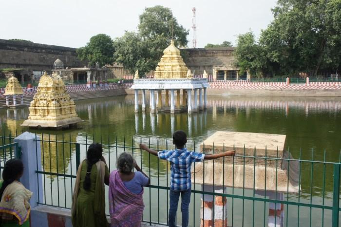 As pessoas banham-se nestes lagos junto aos templos
