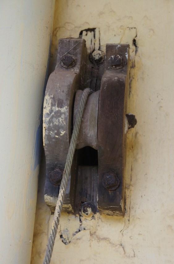 Nas paredes laterais existem estas roldanas que, puxadas à mão, movimentam as velas que refrescam o interior