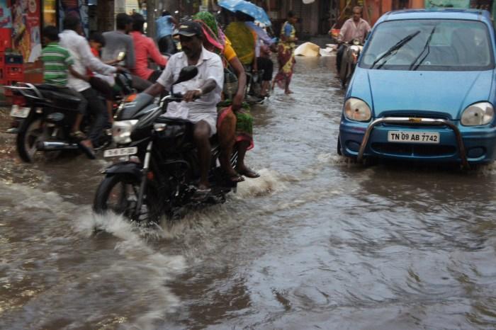 Uma hora de dilúvio, mas o trânsito não abanda