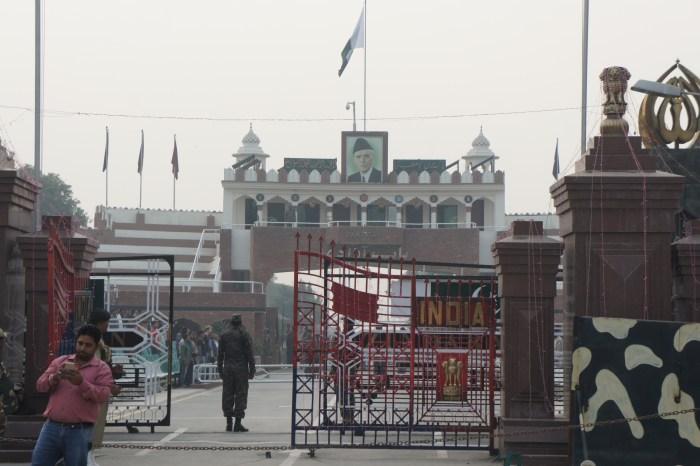 A fronteira: do lado de lá fica o Paquistão