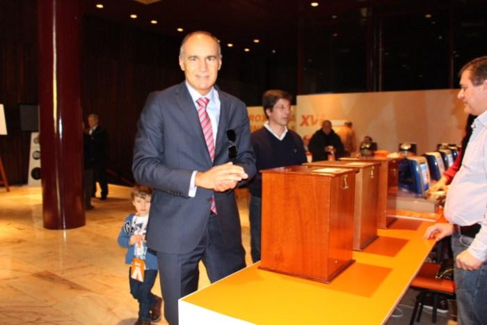 O secretário da Educação, Jorge Carvalho, possa para a foto do FN- Foto: Fabíola Sousa