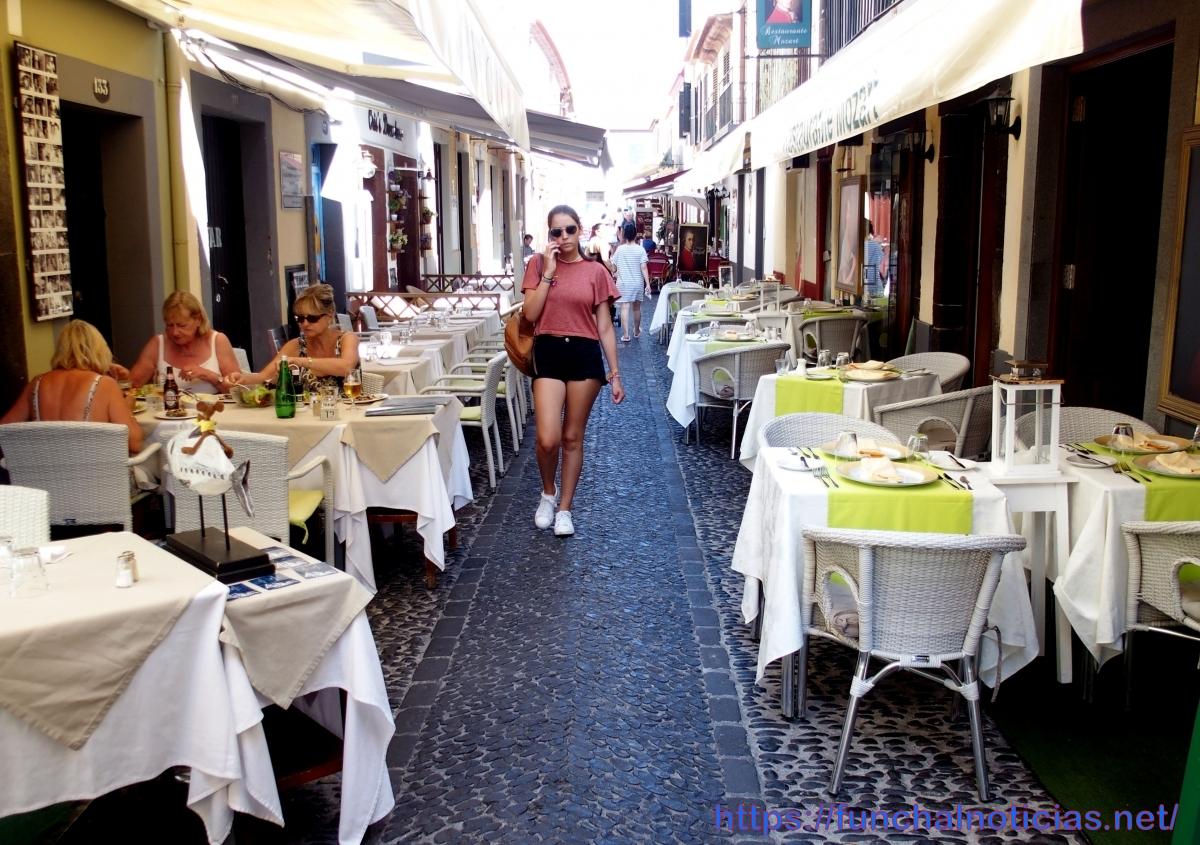 Funchal, uma cidade bela... mas também cheia de obras, betão, esplanadas, árvores cortadas e prédios devolutos