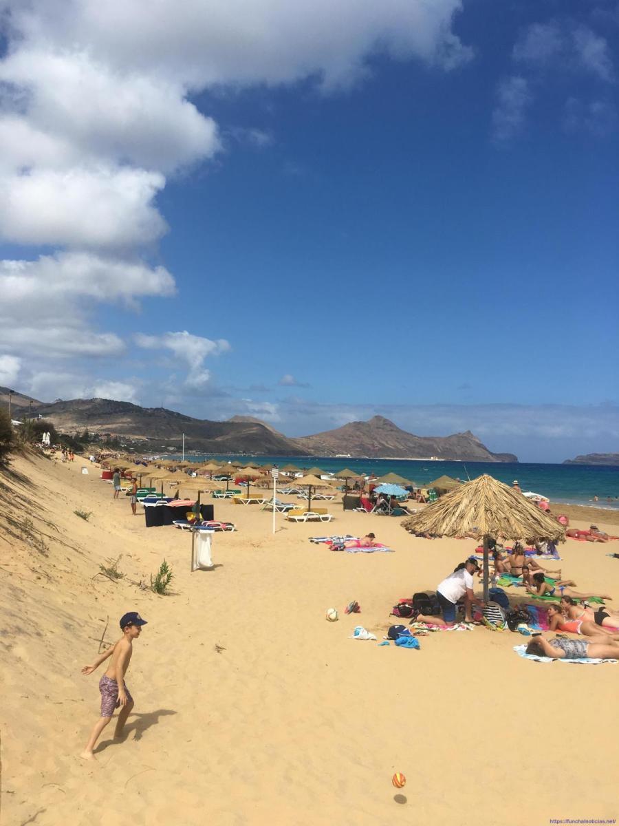 "Banhistas queixam-se que parte da praia do Porto Santo está ocupada por privado que instalou 30 ""chapéus"" enterrados na areia"