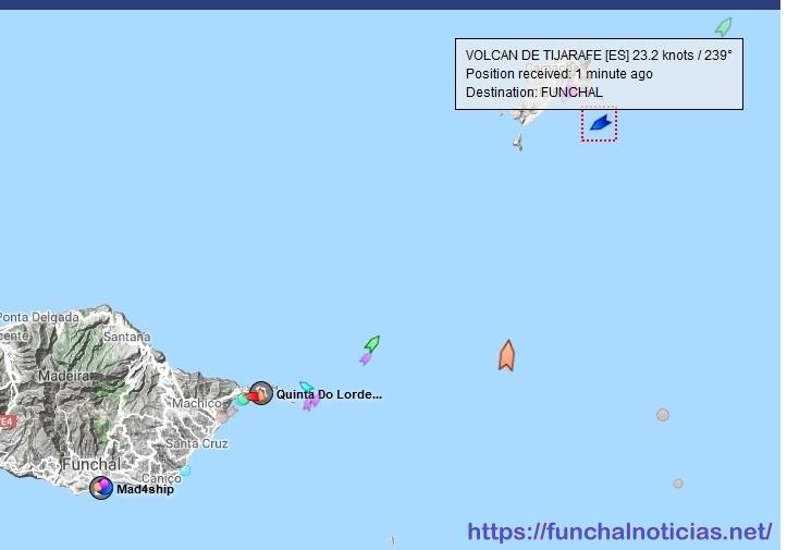 Ferry em frente ao Porto Santo na última viagem Portimão/Funchal
