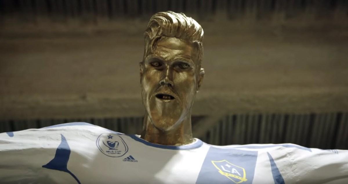 David Beckham ficou em choque ao ver a estátua que o clube norte-americano LA Galaxy, onde jogou nos últimos anos da carreira, lhe preparou para o homenagear