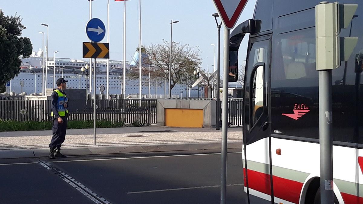 """Polícia nos pontos críticos do Funchal põe trânsito a """"andar"""""""