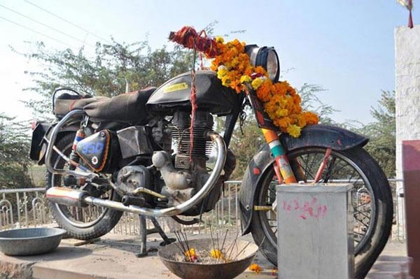 mysterious-place-in-india-bullet-baba-temple