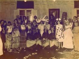 Carnaval no Clube de Varginha – 1926 O Clube era frequentado pela elite de Varginha e no carnaval as moças se fantasiavam com requinte. Já os homens, na sua maioria, vestiam ternos. O salão era animado por orquestras que tocavam marchinhas carnavalescas e outras gêneros de músicas da época, como o fox trot. Em pé: Hidília Pinto, Lourdes Ribeiro, Silvia Rezende, Lourdes Valadão, Lulú Nogueira, Zelia Costa, Chiquinha Valias, Zilda Costa, Silvia Bragança, Lelita Sales, João Paes de Carvalho, Francisco Valias. Agachadas: Maria Pinto Miranda, Altemira Desio, Maria Fausta Nogueira.