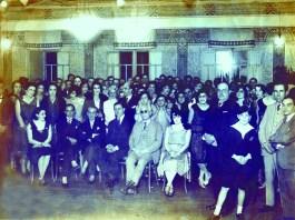 Recepção no Clube de Varginha – década de 1940 A primeira sede do Clube foi fundada em 1924. No local aconteceram os principais eventos sociais da cidade: formaturas, concursos de misses e os grandes bailes de gala e de carnaval. Orquestras e bandas de todos os estados animavam os eventos. A atual sede foi inaugurada em 1949. Sentados: Sra. Dr. Manoel Rodrigues, Dr. Vicente Módena, Dr. José Frota, Dr. Cesar Lutenbach, Leopoldo de Melo Pádua e Yedda (esposa do Dr. Módena) De pé, identificados: Dr. Manoel Rodrigues de Souza, Arthur Braga, Cel. Silveira Bragança, Orfeu Alvarenga, Zizi Braga, Nelide Dezio, Idília Pinto e Iracema Foresti.