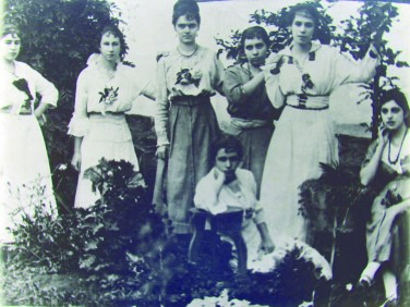 Grupo de Moças – 1928 Da esquerda para a direita: Sinoca Alves Rodrigues (filha de D. Pureza), Maria Dulce (Sra. Mário Bueno, Resorcides Romanelli (Sra. Bruno Foresti) e Amália (filha de D. Pureza). Sentadas: Amélia (filha de Ferreirinha) e Anita (Sra. Belmiro Bueno).