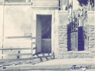 Estação da Via Sacra. Esta foi a última construção registrada em fotografia das 14 Estações da Via Sacra que existiam nas ruas de Varginha. Era localizada na Rua Presidente Antônio Carlos, nas imediações do antigo Fórum. A casa à direita ainda permanece a mesma.