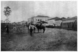 Avenida Rio Branco – 1ª igreja do Rosário no final do séc. XIX. (à esquerda).