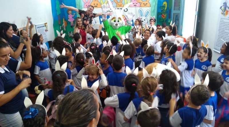 """Peça """"As Aventuras do Coelho Pascoal"""" diverte crianças na Biblioteca Pública"""