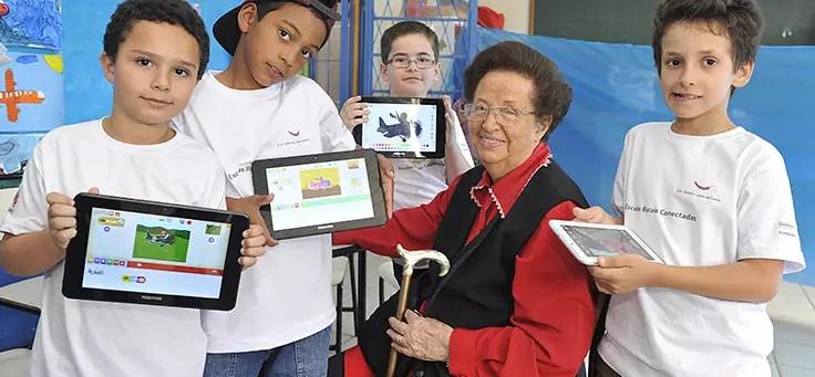 Professora Léa Fagundes em atividade com os alunos
