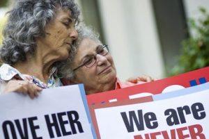 Las activistas LGBTI Shelly Bailes y Ellen Pontac