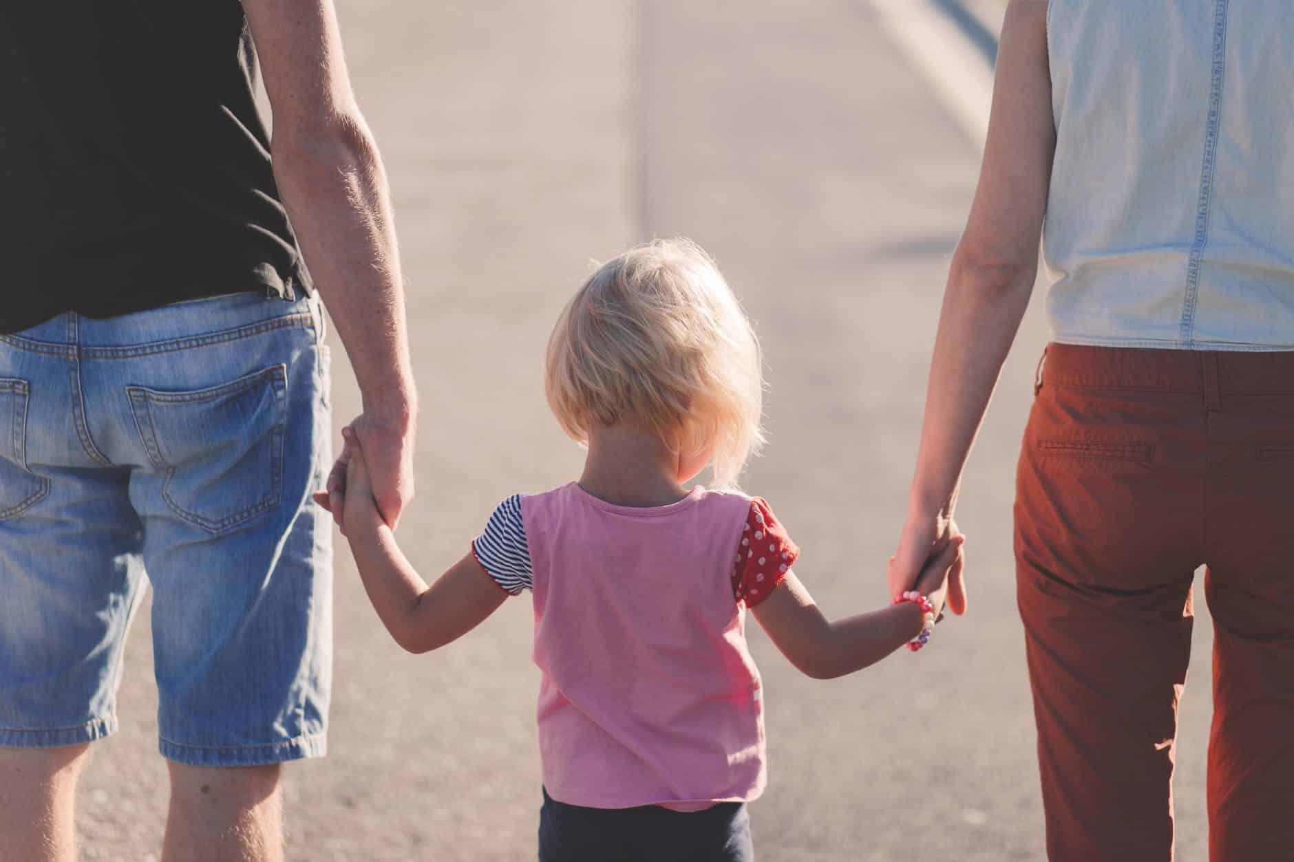 Familia paseando de espaldas