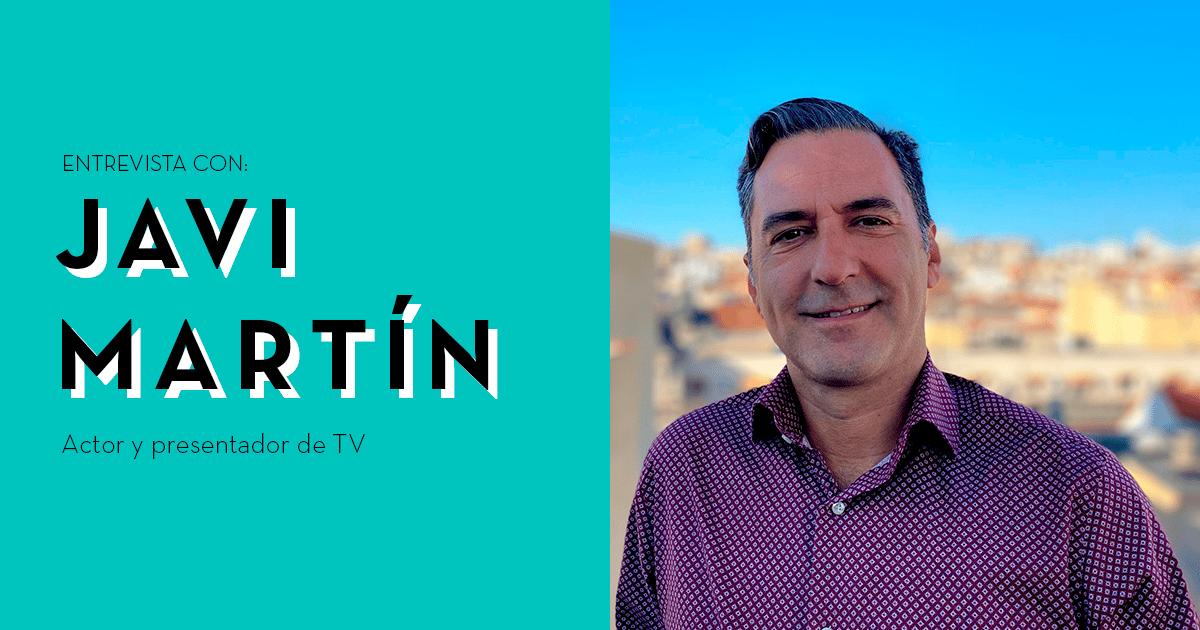 """A la derecha aparece una imagen de Javier Martín sonriente desde la terraza de su casa y a la derecha sobre fondo azul se lee """"Entrevista con Javi Martín, actor y presentador de TV"""""""