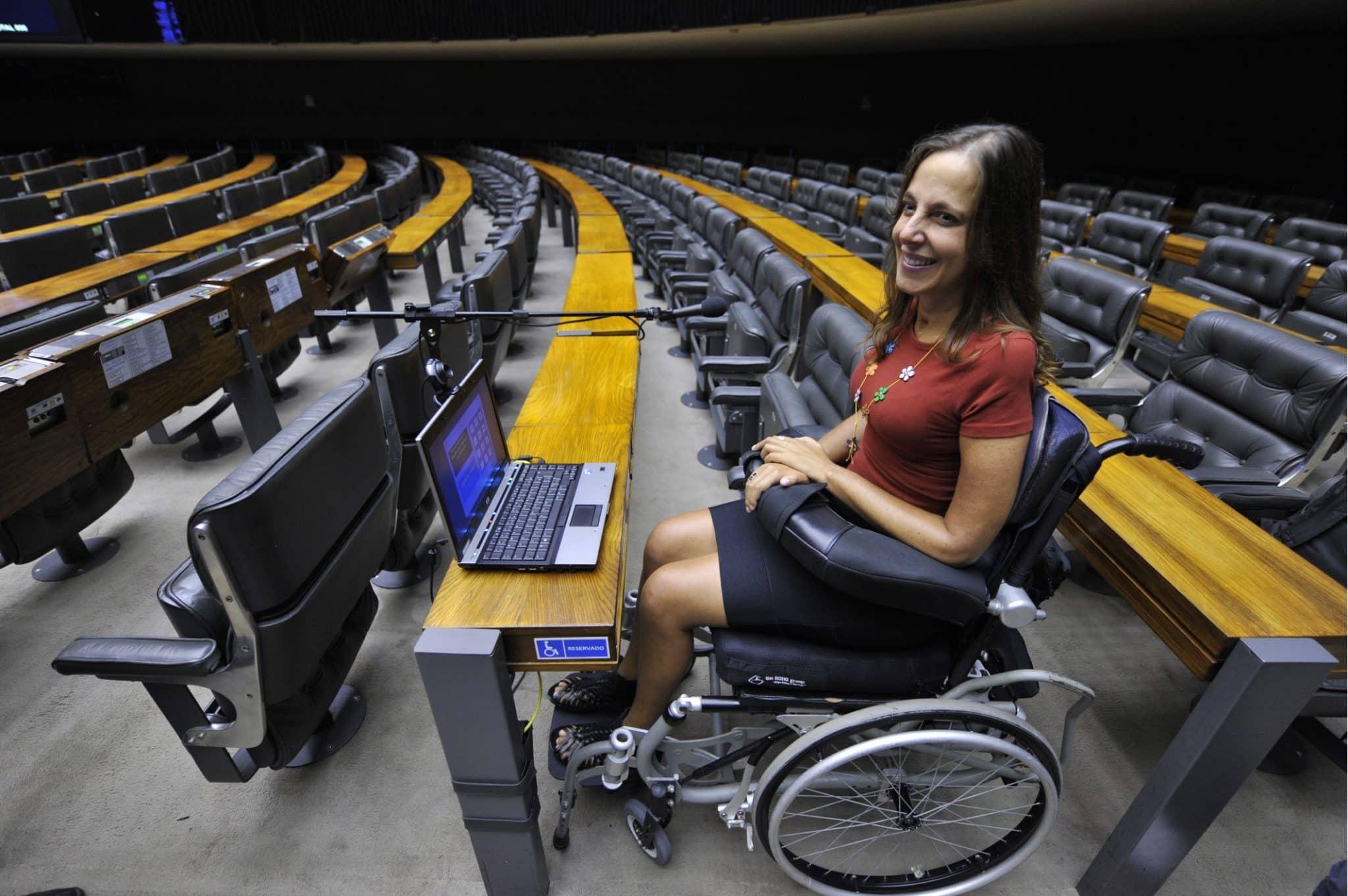 Mara Gabrilli utiliza el headmouse en el Parlamento de Brasil