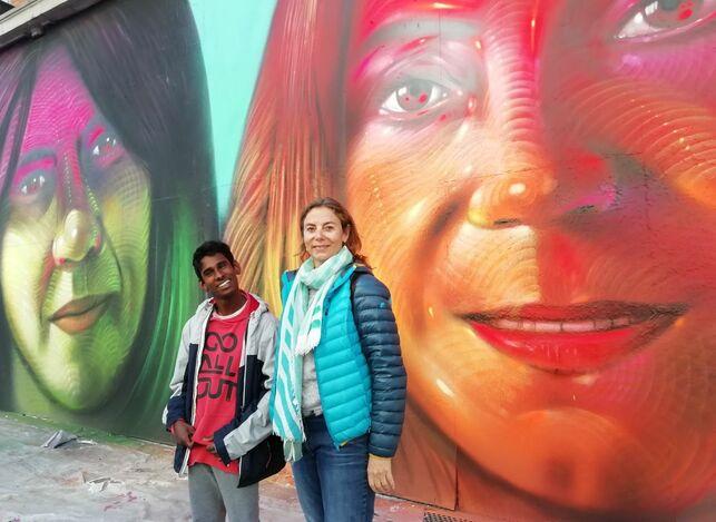 Paloma Pastor junto a su hijo Mahesh frente al mural #NosotrasJuntas