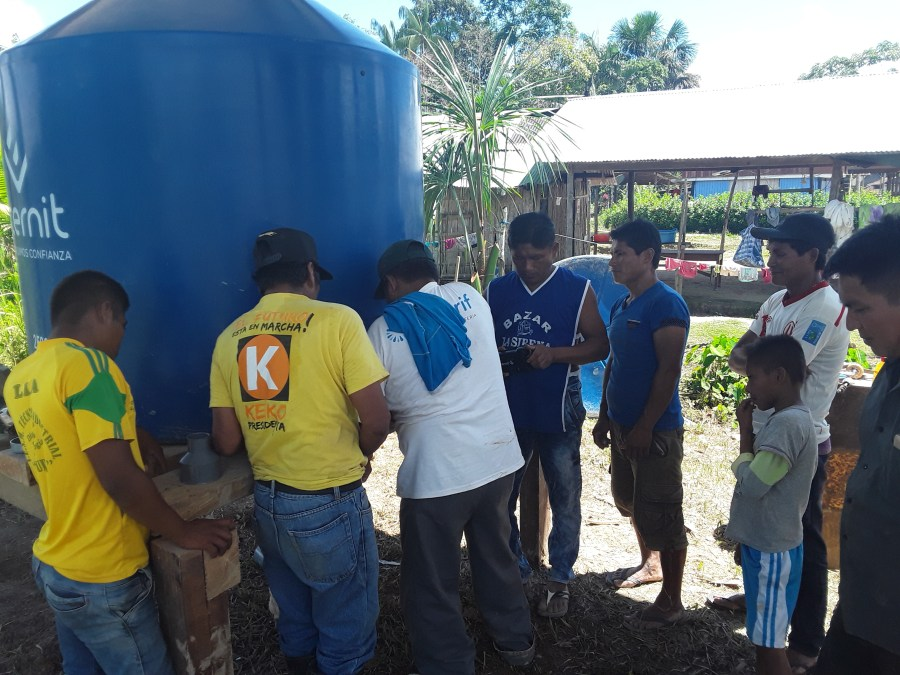 Construcción fuentes de recolección de agua en Amazonas peruana.