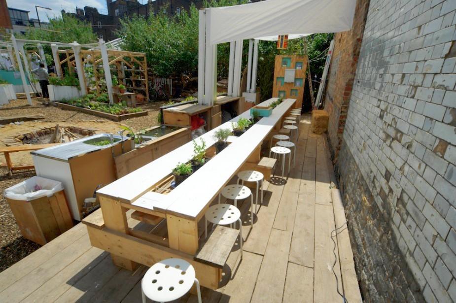wspólny stół dla wszystkich w ogrodzie społecznym