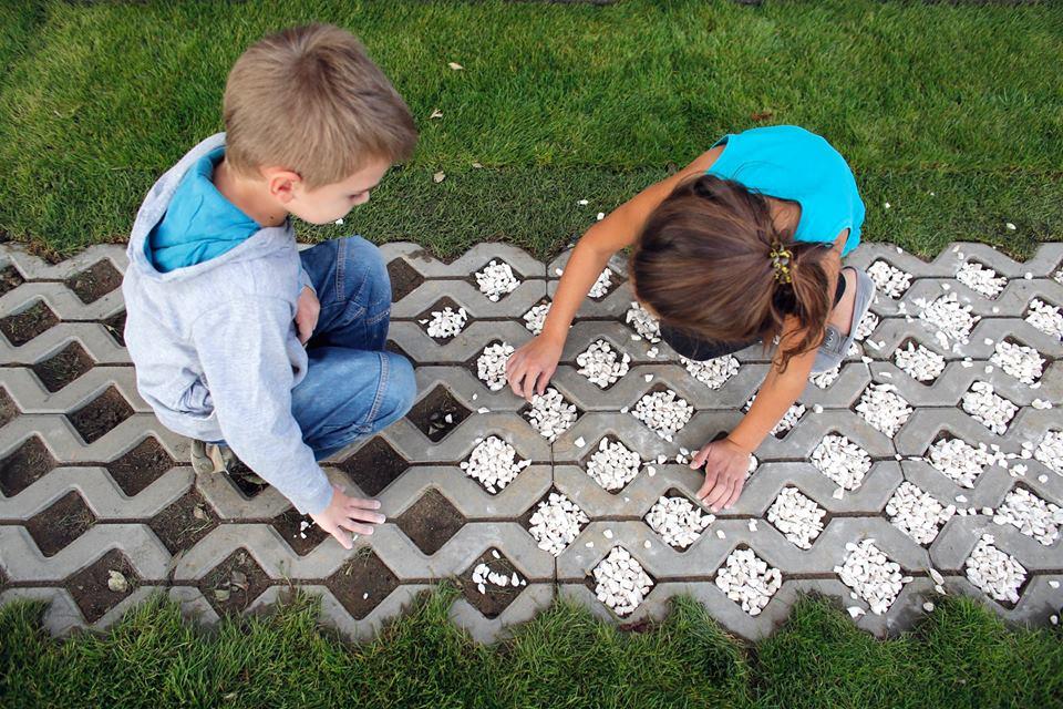 ogród społeczny plac na glanc Czarnieckiego - dzieci pomagają