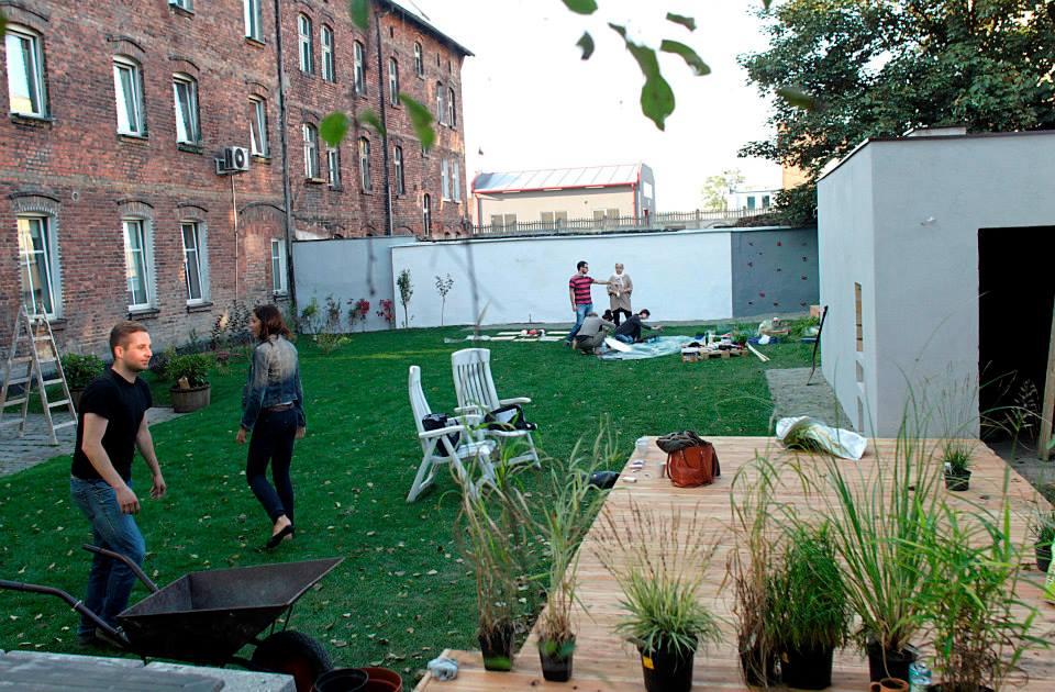 ogród społeczny plac na glanc Kredytowa - widok muru i placu po remoncie