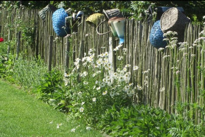 ogrody kapias - fragment ogrodu wiejskiego - garnki na płocie