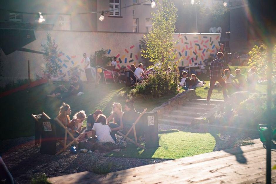mieszkańcy szczecina odpoczywają po pracy w ogrodzie społecznym