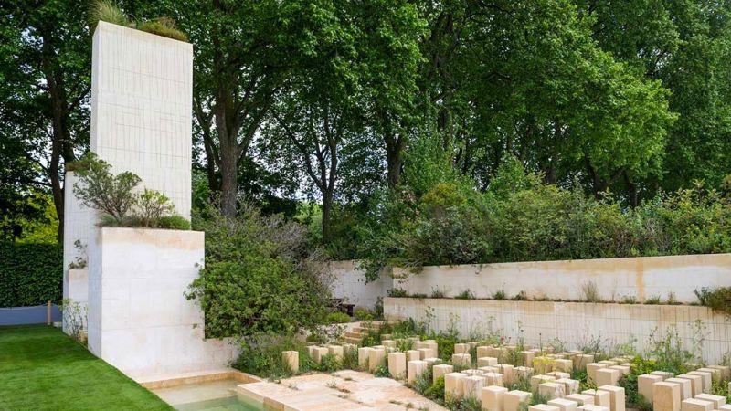 zdjęcia betonowego obelisku