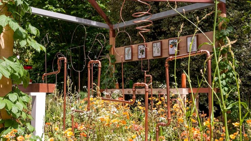 miedziane rurki w ogrodzie - londyn chelsea 2017