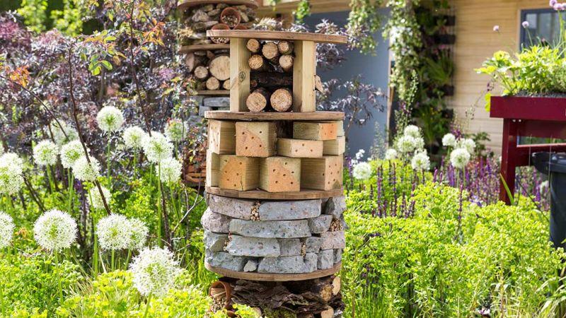 domek dla owadów zapylających może być ozdobą ogrodu
