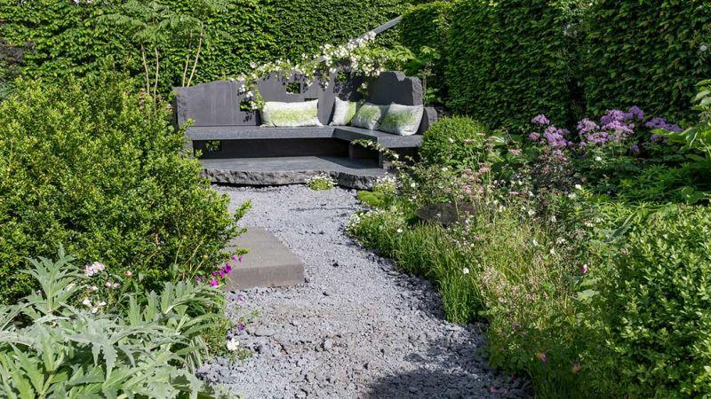 ława ogrodowa na końcu ogrodu