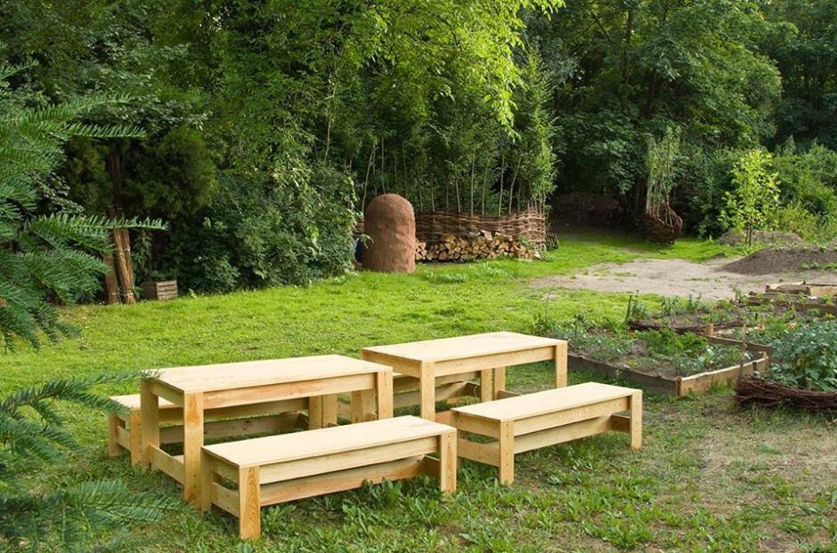 drewniane meble ogrodowe i gliniany piec do wypieku pizzy i chleba - Warszawa robi ogrody społeczne