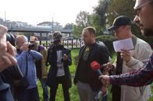 Przed zatrzymaniem Alexey Domnikov i Igor Szarapow udzielaja wywiadu