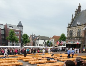 crowded alkmaar cheese market