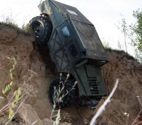 Руски Hummer - изкачва пропаст на задна